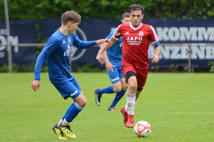 Malte Tietze (l.) vom Bremer SV versucht, Bremerhavens Mahmut Adibelli vom Ball zu trennen. (Foto: Olaf Lücke)