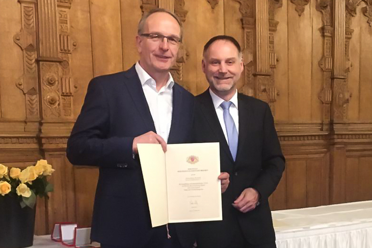 Henry Bischoff (l.) freute sich über die Auszeichnung, die LSB-Vizepräsident Thomas Trenz überreichte. (Foto: Björn Fecker)
