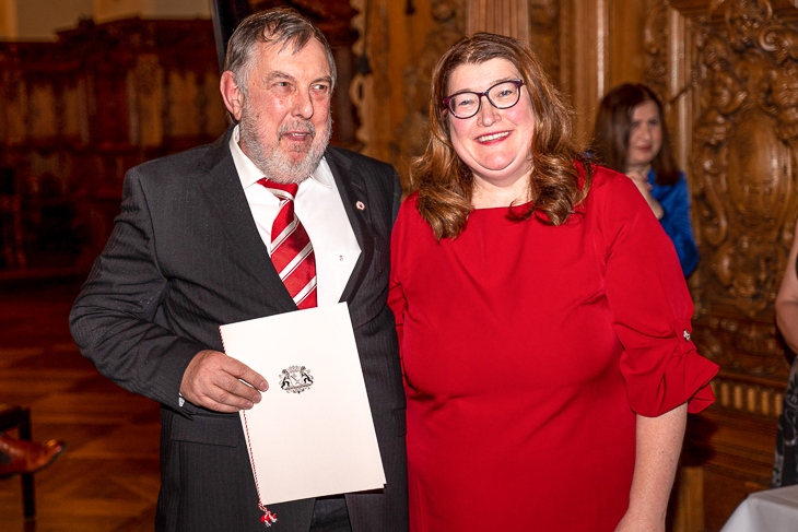 Ulrich Weinkauf (l.) freute sich über die Auszeichnung durch Senatorin Anja Stahmann. (Foto: spfoto.de/Sven Peter)