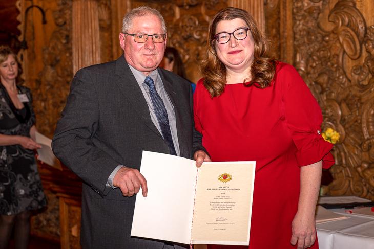 Auch Ralf Krönke (l.) wurde von Senatorin Anja Stahmann ausgezeichnet. (Foto: spfoto.de/Sven Peter)