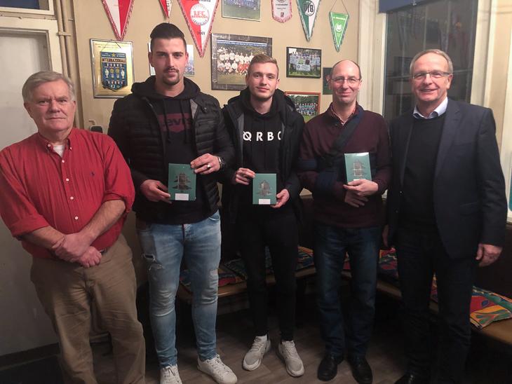 BFV-Vize Henry Bischof (ganz rechts) besuchte BSV-Präsi Dr. Peter Warnecke, Kevin Kuhfeld, Jonas Böhring und Hartmut Elvers (von links) im BSV Vereinsheim. (Foto: David Dischinger)
