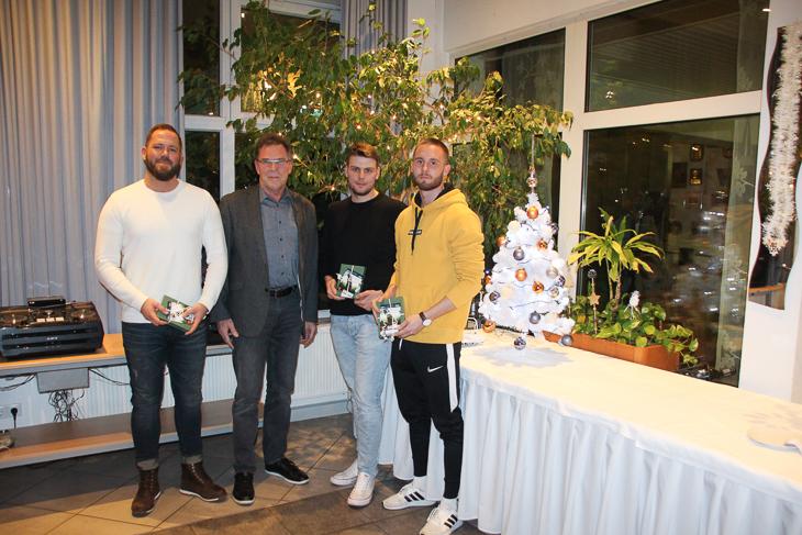 Steffen Wolfram, Paul Zielinski und Mirco Tatje wurden von BFV-Vize Michael Grell in Bremerhaven besucht. Timo Struppe war verhindert. (Foto: Ralf Krönke)