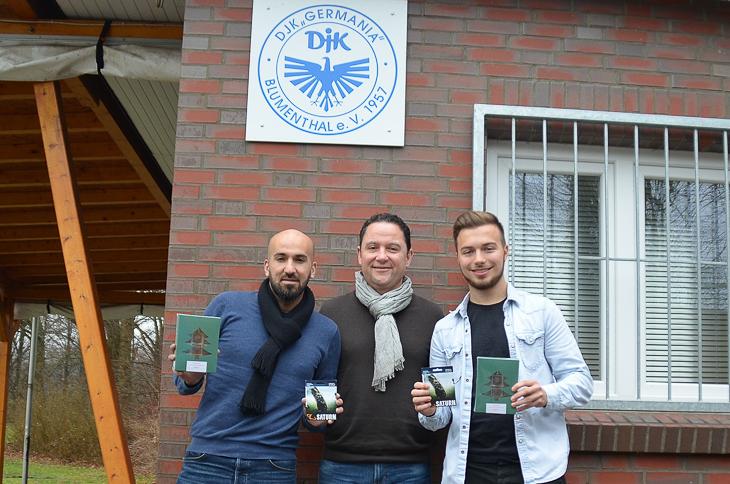 Holger Franz (Mitte) besuchte beim DJK Ergün Talip (links) und Nicolas Flacke (rechts). (Foto: Reiner Jonderko)