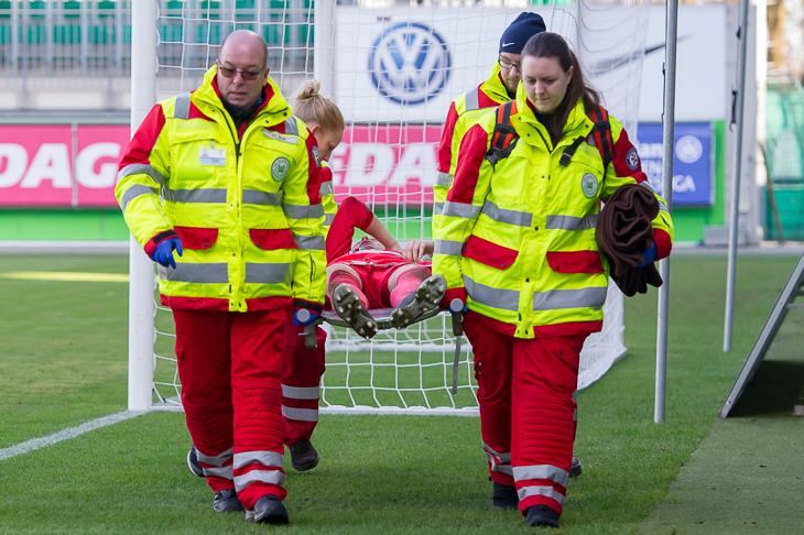 Schwere Verletzungen bleiben im Fußball leider nicht aus. (Foto: Oliver Baumgart)