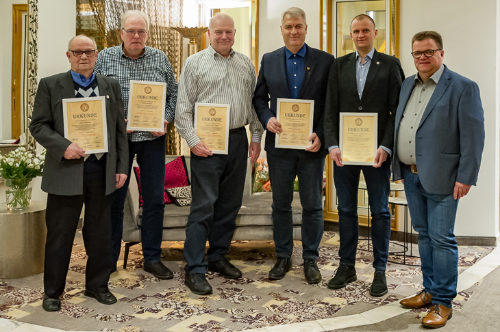 Heinz Rosenbach, Robert Baumgart, Hans-Georg Schlieper, Frank Kunzendorf und Thomas Gorniak wurden von Verbandsschiedsrichterobmann Torsten Rischbode (v.l.) für ihre langjährige Tätigkeit ausgezeichnet. (Foto: Oliver Baumgart)