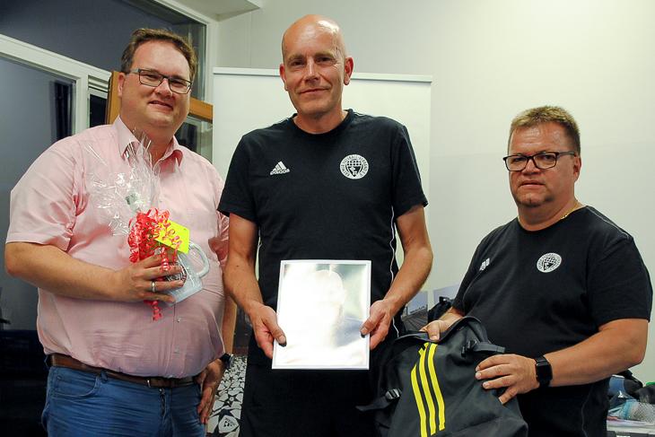 Carsten Biewig (m.) wurde von Björn Fecker (l.) und Torsten Rischbode ebenfalls aus dem Kreise der Aktiven verabschiedet. (Foto: privat)