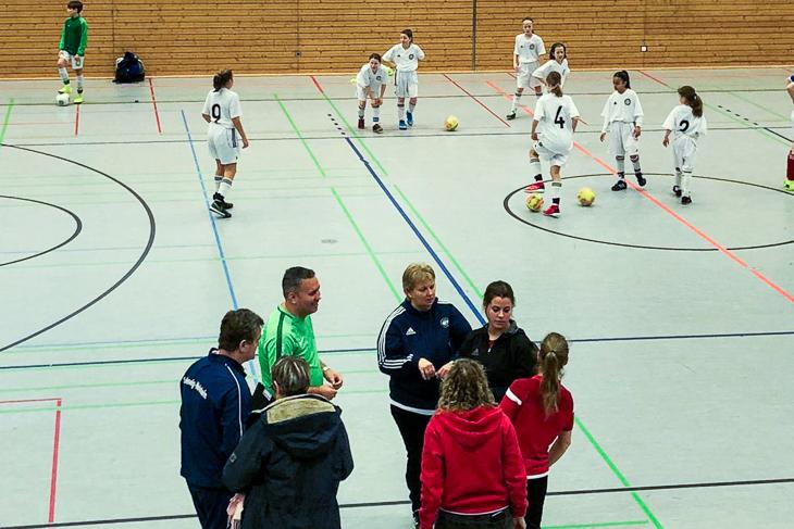Im Vordergrund finden Expertengespräche unter Trainern statt. Im Hintergrund bereiten sich die Mädchen auf das nächste Spiel vor. (Foto: privat)