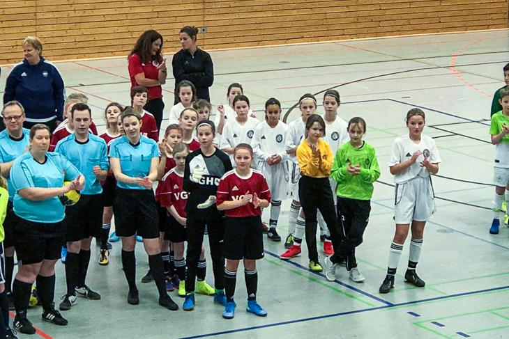 Die U 12-Mädels spielten in Weiß. Joanna Wolf (dahinter rechts) und Ulrike Geithe (dahinter links). (Foto: privat)