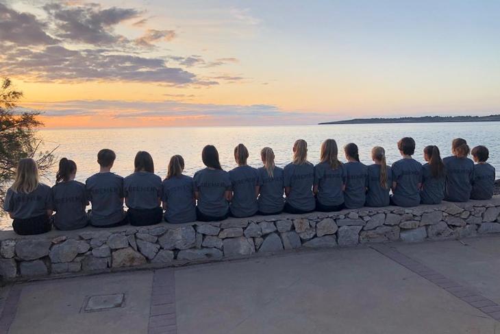 Die U14-Mädels schauen dem Sonnenuntergang entgegen. (Foto: Ulrike Geithe)