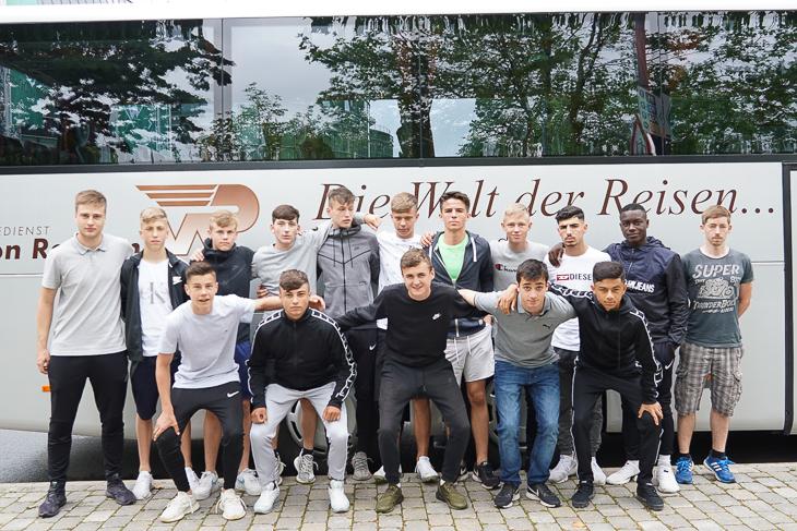Die Bremer U 15-Auswahl vor der Abfahrt nach Duisburg. (Foto: David Dischinger)