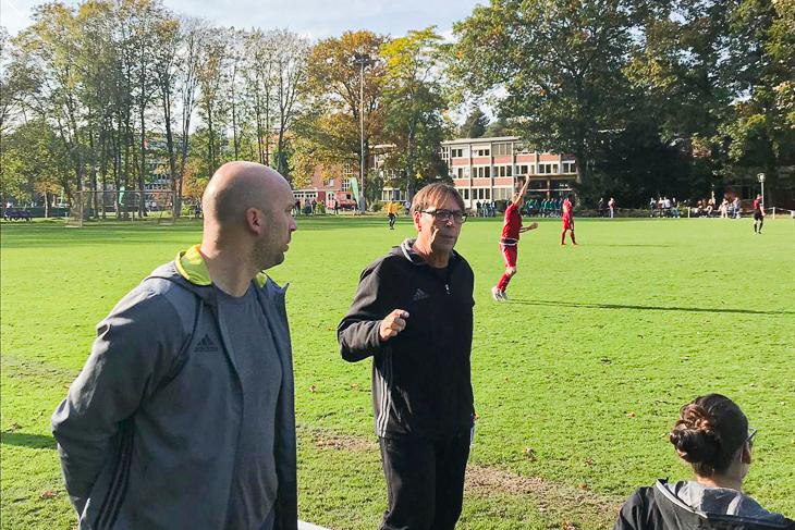 Verbandstrainer Wilfried Zander (2 v.l.) und Dennis Ley (links) besprechen die Taktik. (Foto: Marc Tietjen)
