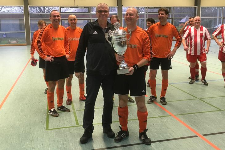 Jens Peters, Vorsitzender des Verbandsspielausschusses, überreichte den Siegerpokal. (Foto: Fred Michalsky)