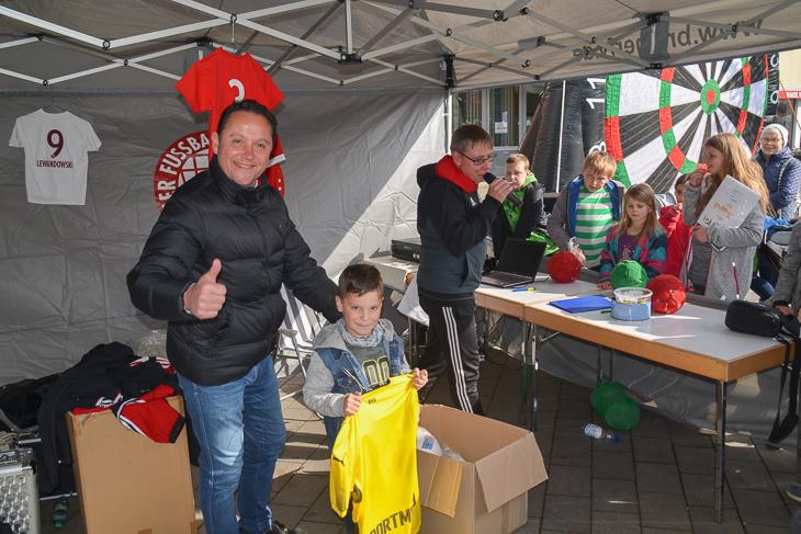 BFV-Vizepräsident Holger Franz (links) und ein kleiner Sieger. (Foto: Stefan Blümel)