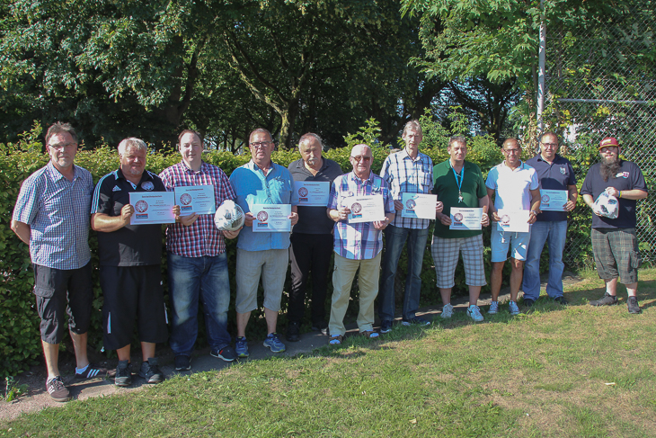 In Bremerhaven übergabe BFV-Vizepräsident Michael Grell (r.) die Gutscheine an die Vereine. (Foto: Ralf Krönke)