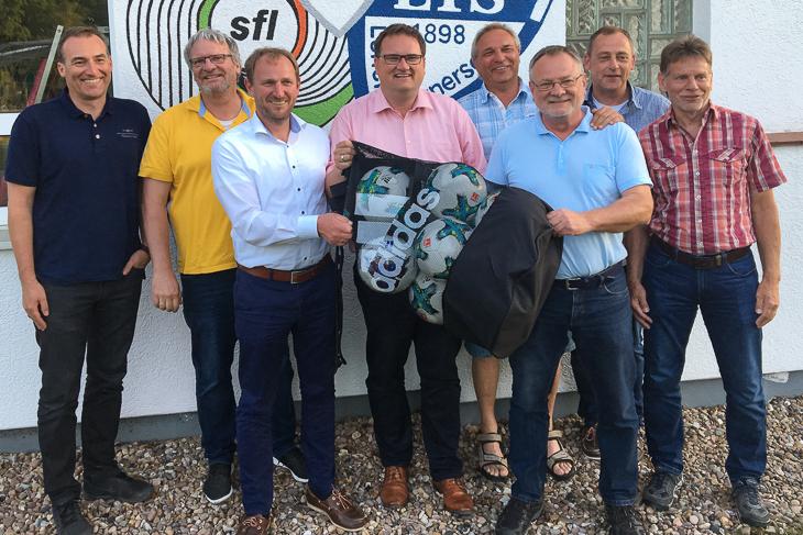 BFV-Präsident Björn Fecker (4.v.l.) tausche sich mit dem Vorstand des JFV Bremerhaven aus. (Foto: Gero Groenhoff)