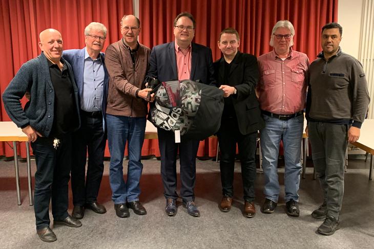 BFV-Präsident Björn Fecker (m.) traf sich bereits zum zweiten Mal mit dem Vorstand der SG Marßel zum Vereinsdialog. (Foto: Gero Groenhoff)