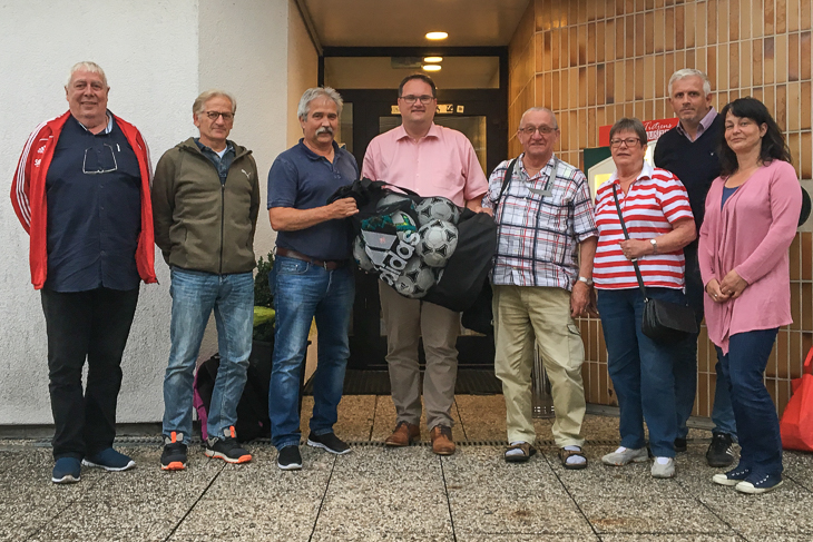 Björn Fecker (4.v.l.) tauschte sich mit dem Verantwortlichen des OSC Bremerhaven aus. (Foto: Gero Groenhoff)