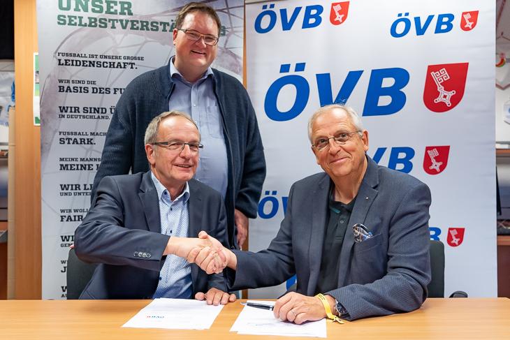 BFV-Vizepräsident Henry Bischoff, BFV-Präsident Björn Fecker und Dirk Wurzer aus dem Vorstand der ÖVB freuen sich über die Erweiterung der Partnerschaft. (Foto: Jens Dortmann)