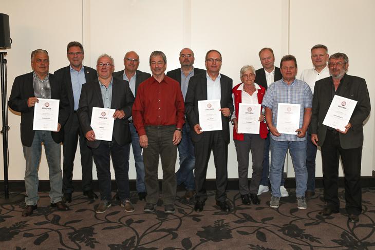 Elf Mitarbeiter/innen des Verbandes durften sich über die Goldene Ehrennadel freuen, die ihnen BFV-Vizepräsident Michael Grell (2.v.l.) überreicht wurde. (Foto: Sven Peter - spfoto.de)