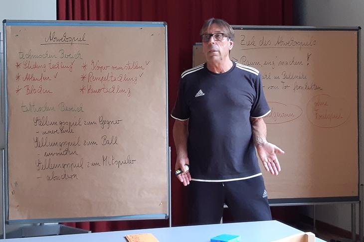 Von Verbandssportlehrer Wilfried Zander wurden Paul Seidel und Shannon Görke in das Trainerdasein eingeführt. (Foto: Paul Seidel)